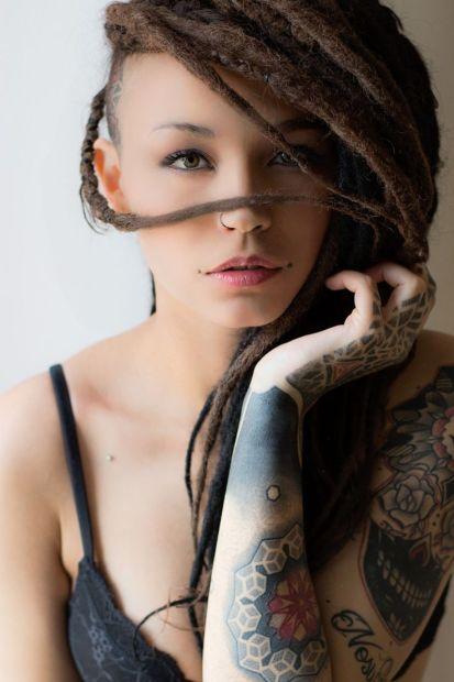 woman-girl-rasta-longhairs-green-eyes-tattoo-black-dreadlocks-bra